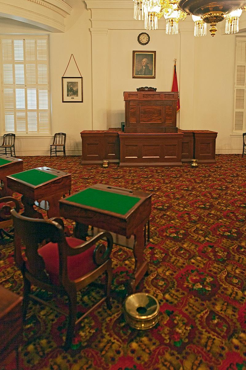 Raum mit Schreibpulten und Richtersitz