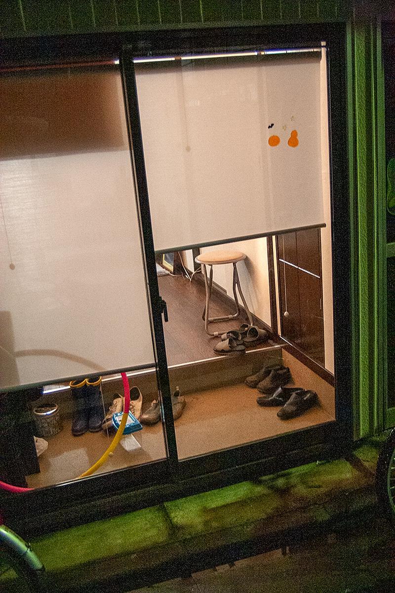 Schuhe in einem Hauseingang im Beitrag Tokio: Urbanes Kleinod auf der Seite Stadterkundung.com