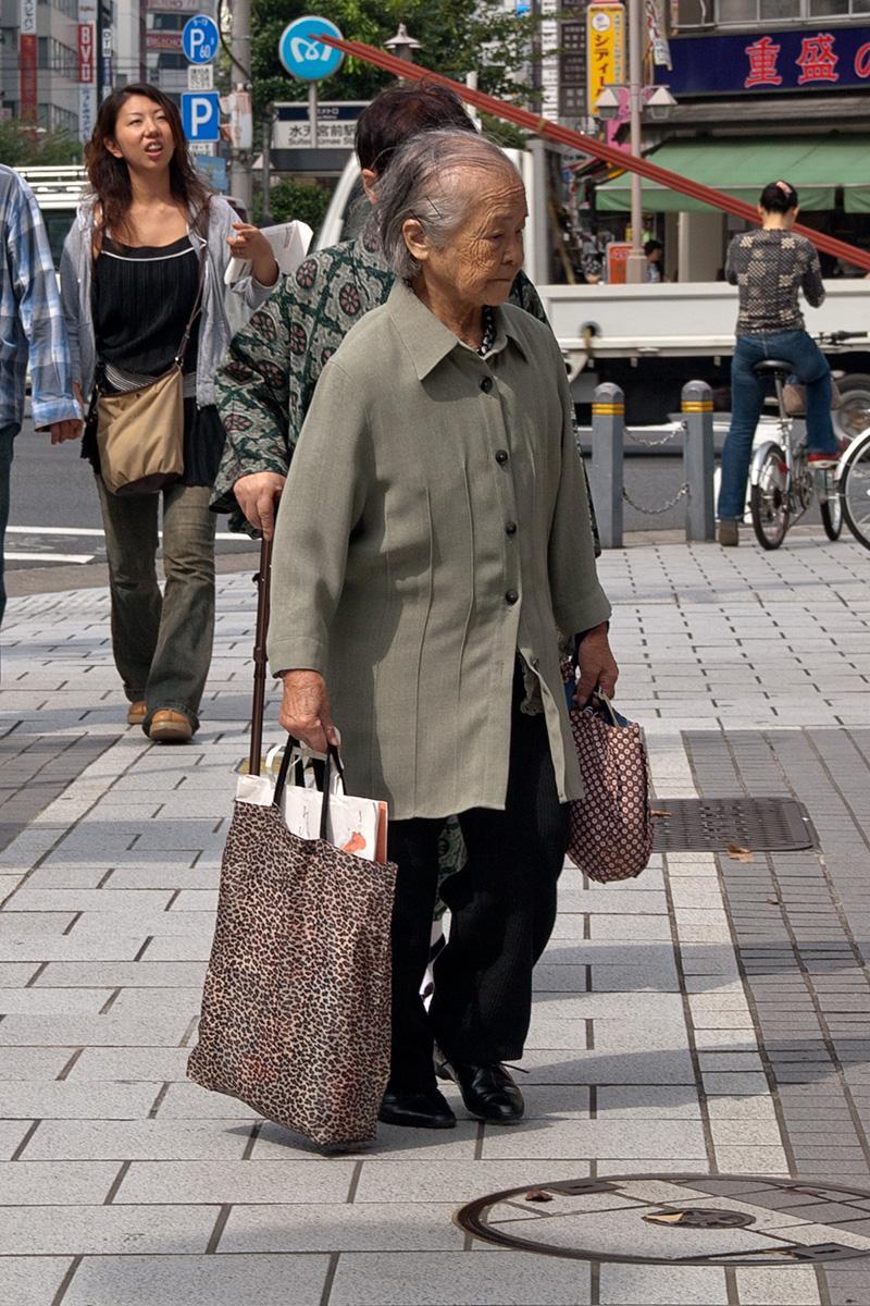 Alte Frau mit Taschen im Beitrag Tokio: Urbanes Kleinod auf der Seite Stadterkundung.com