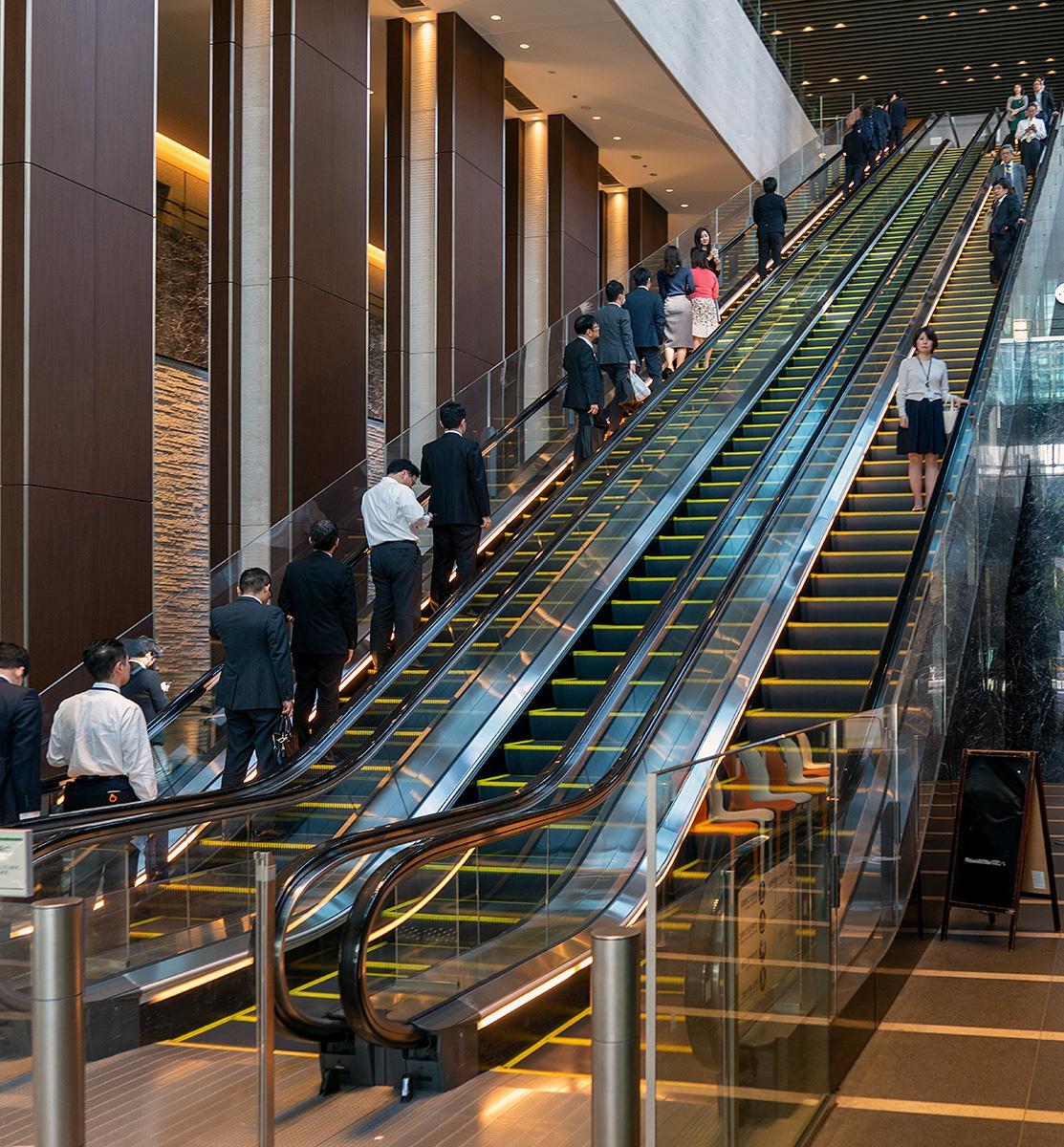 Rolltreppe in einem Geschäftshaus in Tokyo