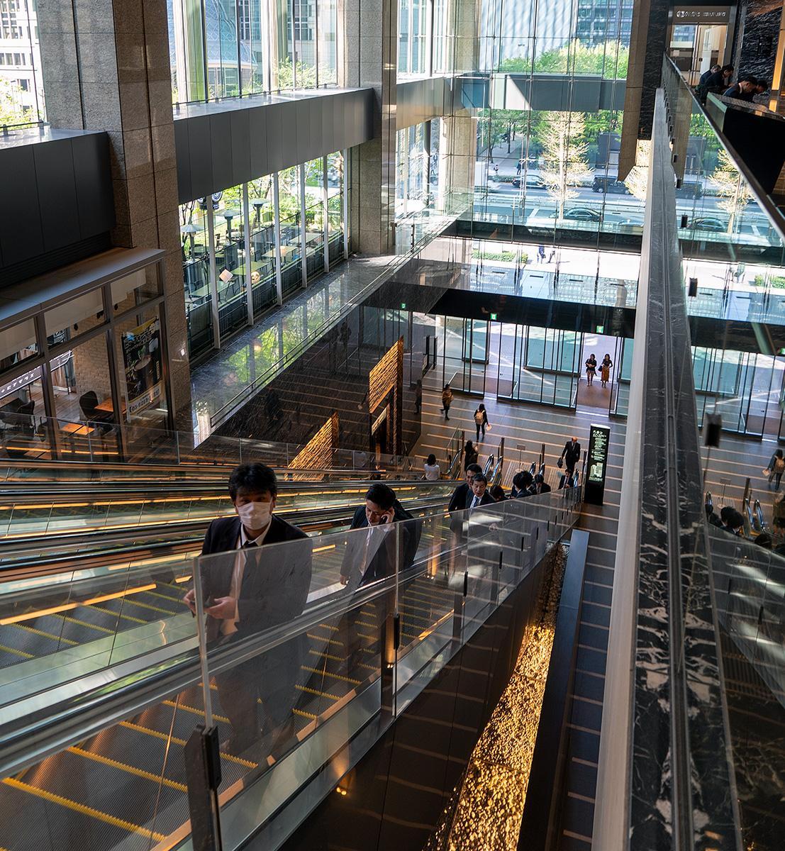 Rolltreppe in einem gläsernen Geschäftshaus in Tokyo