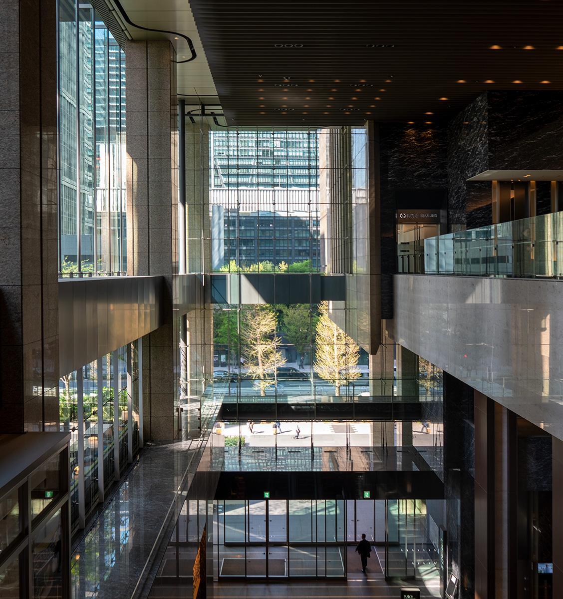 Blick in ein gläsernes Geschäftshaus in Tokyo