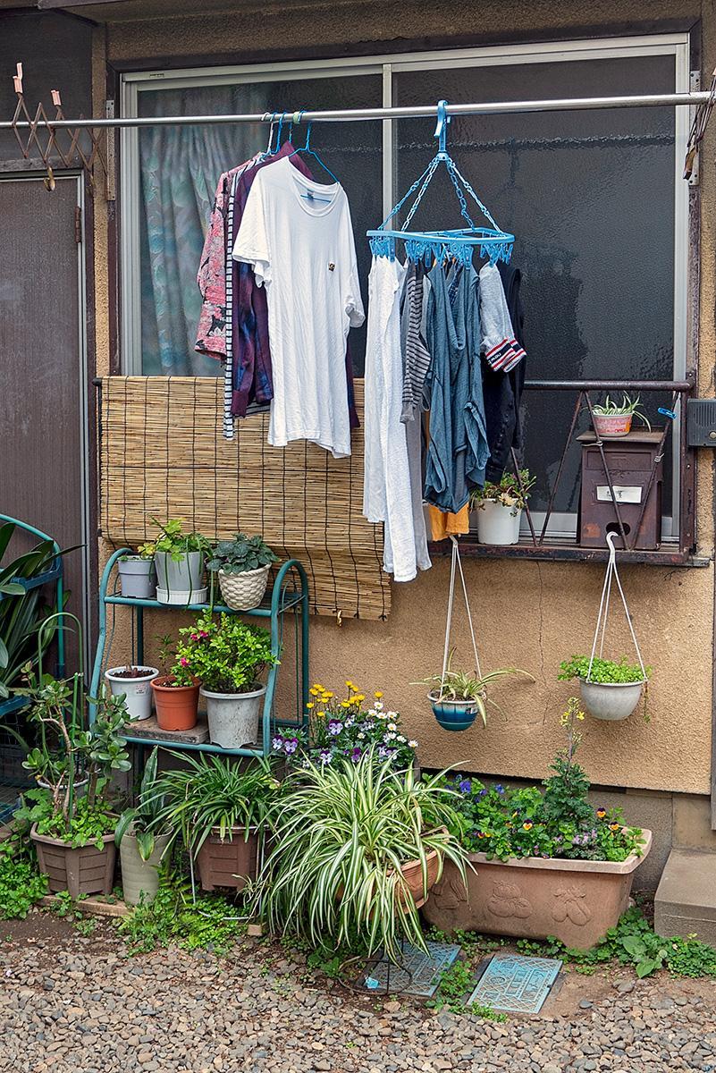Wäsche, die zum Trocknen vor dem Haus hängt im Beitrag Tokio: Urbanes Kleinod auf der Seite Stadterkundung.com