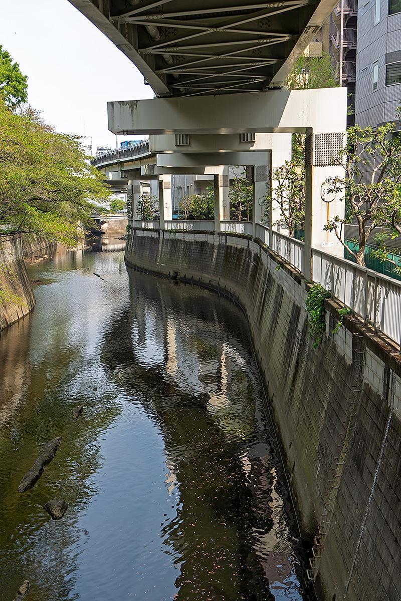 Autostraße über einem Fluß in Tokyo