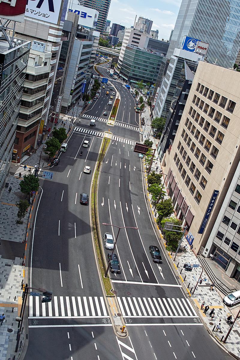 Autostraße von oben zwischen Häusern in Tokyo