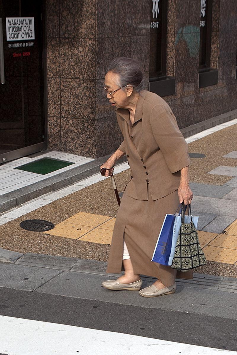 Alte Frau mit Taschen und Stock im Beitrag Tokio: Urbanes Kleinod auf der Seite Stadterkundung.com