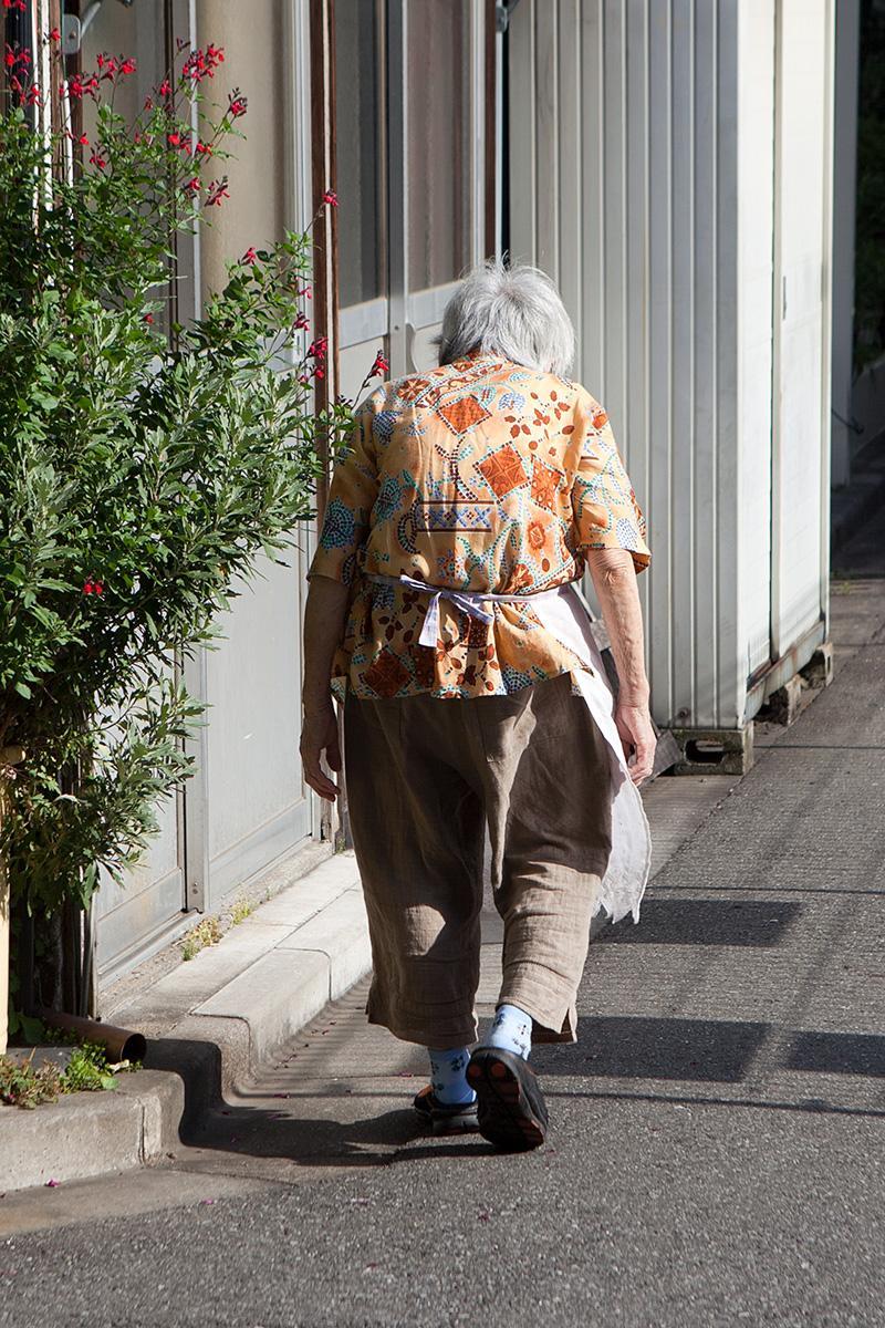 Alte Frau mit Schürze im Beitrag Tokio: Urbanes Kleinod auf der Seite Stadterkundung.com