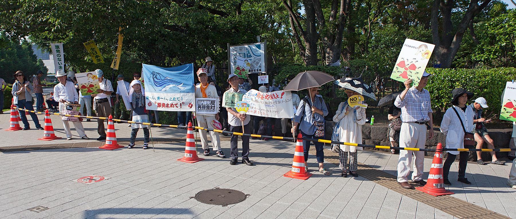 Eine Gruppe von Menschen mit Transparenten im Beitrag Tokio Against Nukes auf der Seite Stadterkundung.com