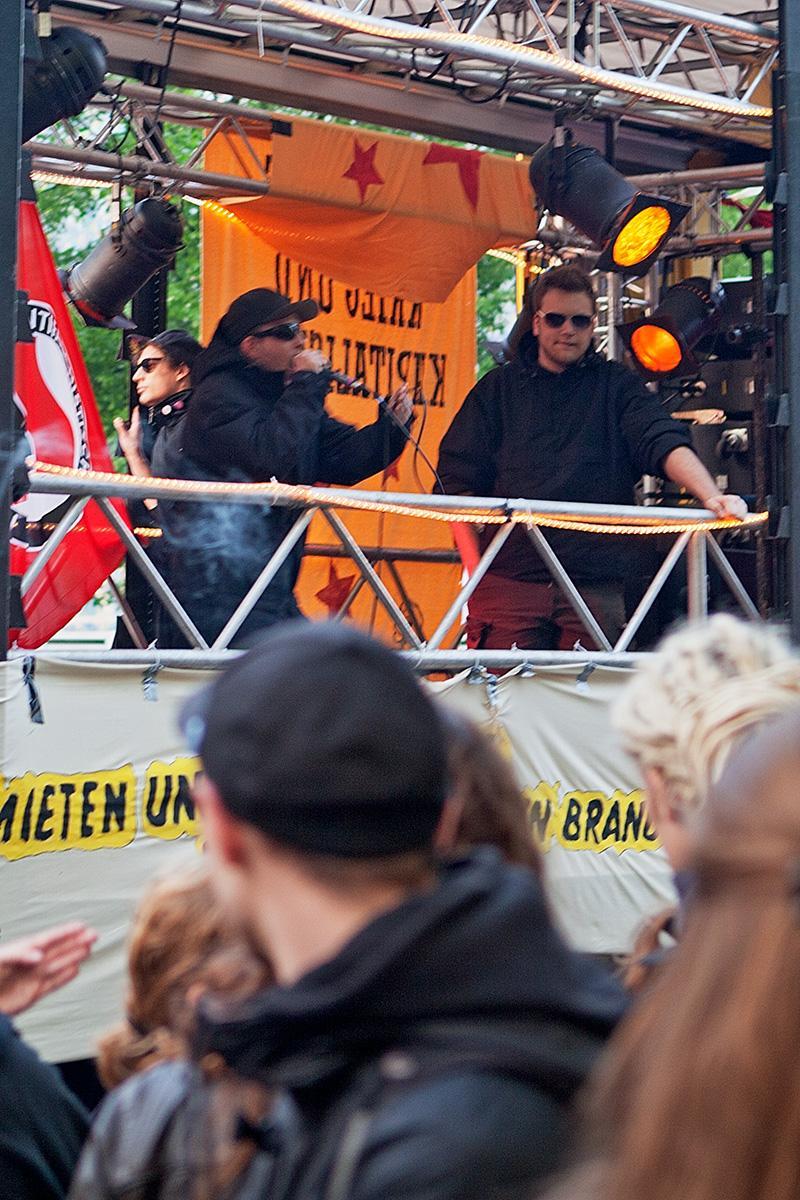 Raper auf dem Wagen der Antifa im Beitrag Berlin, 1. Mai