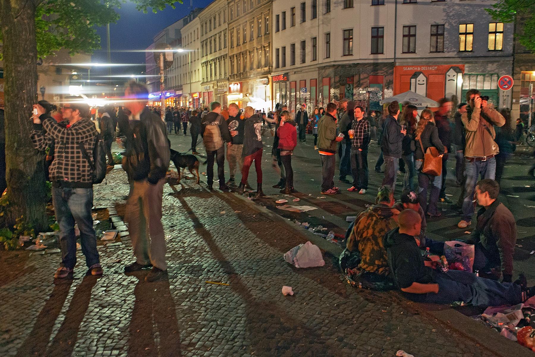 Leute am Abend auf der Straße im Beitrag Berlin, 1. Mai