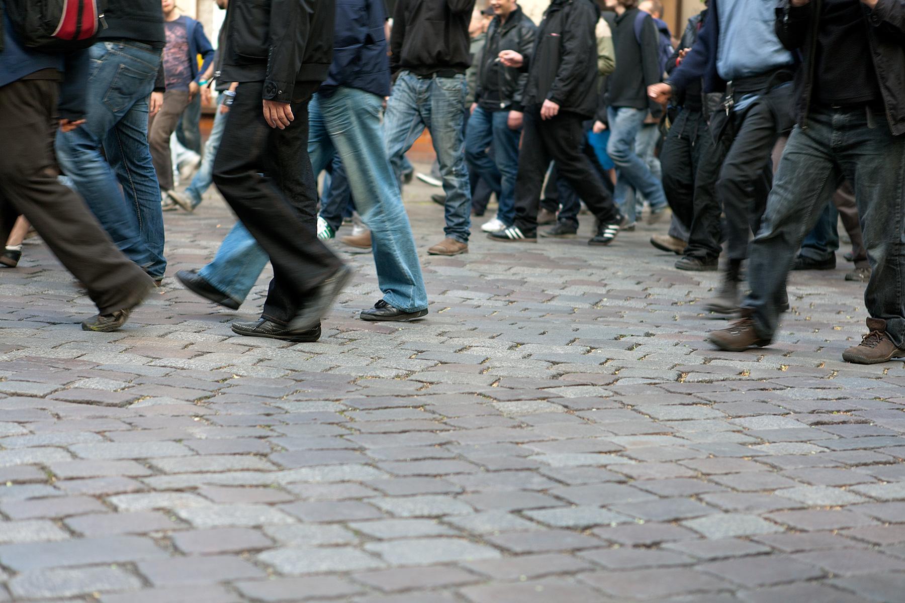 Füße und Beine auf dem Demozug auf der Seite Stadterkundung.com
