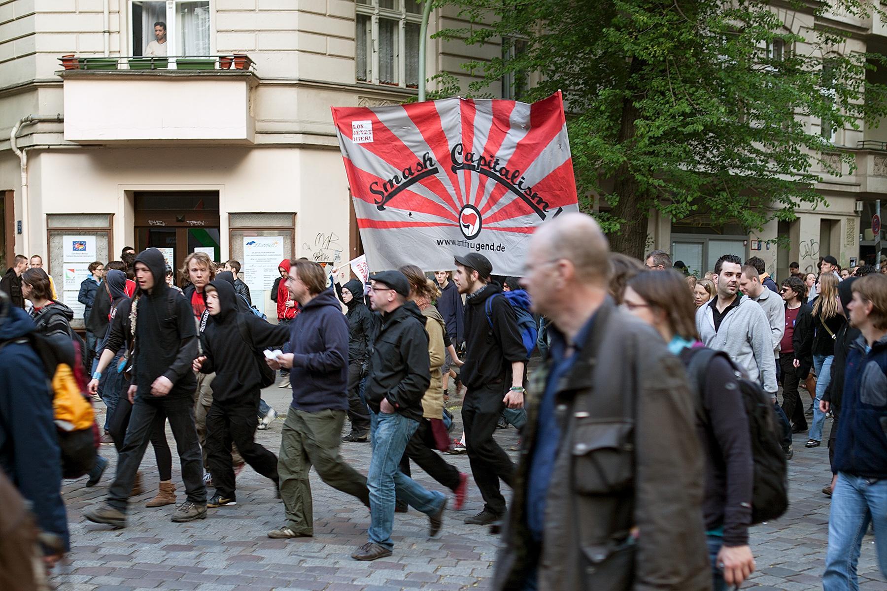 """Demozug mit Flagge """"Smash capitalism"""" auf der Seite Stadterkundung.com"""