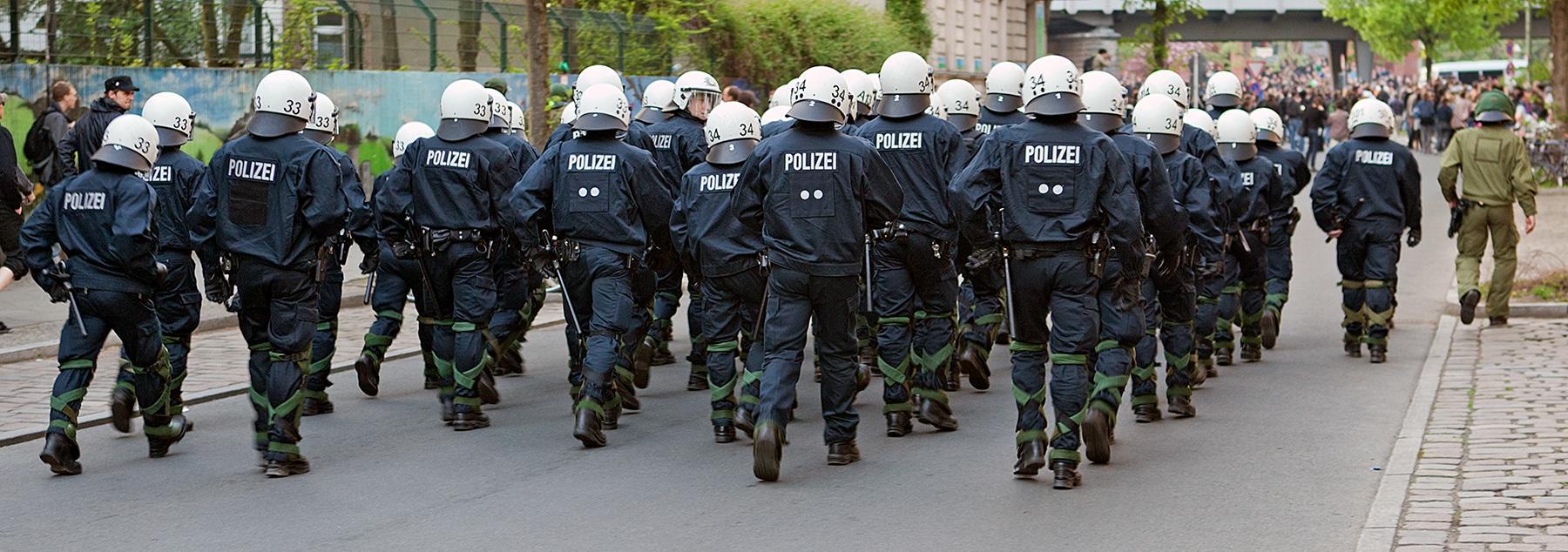 Ein Trupp Polizisten im Beitrag Berlin, 1. Mai