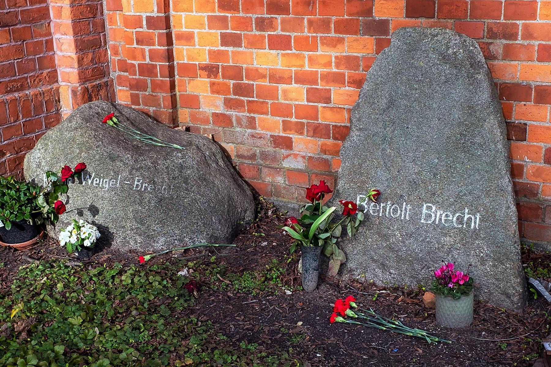 Das Grab von Bert Brecht und Helene Weigel im Beitrag Berlin: Gestorbene DDR