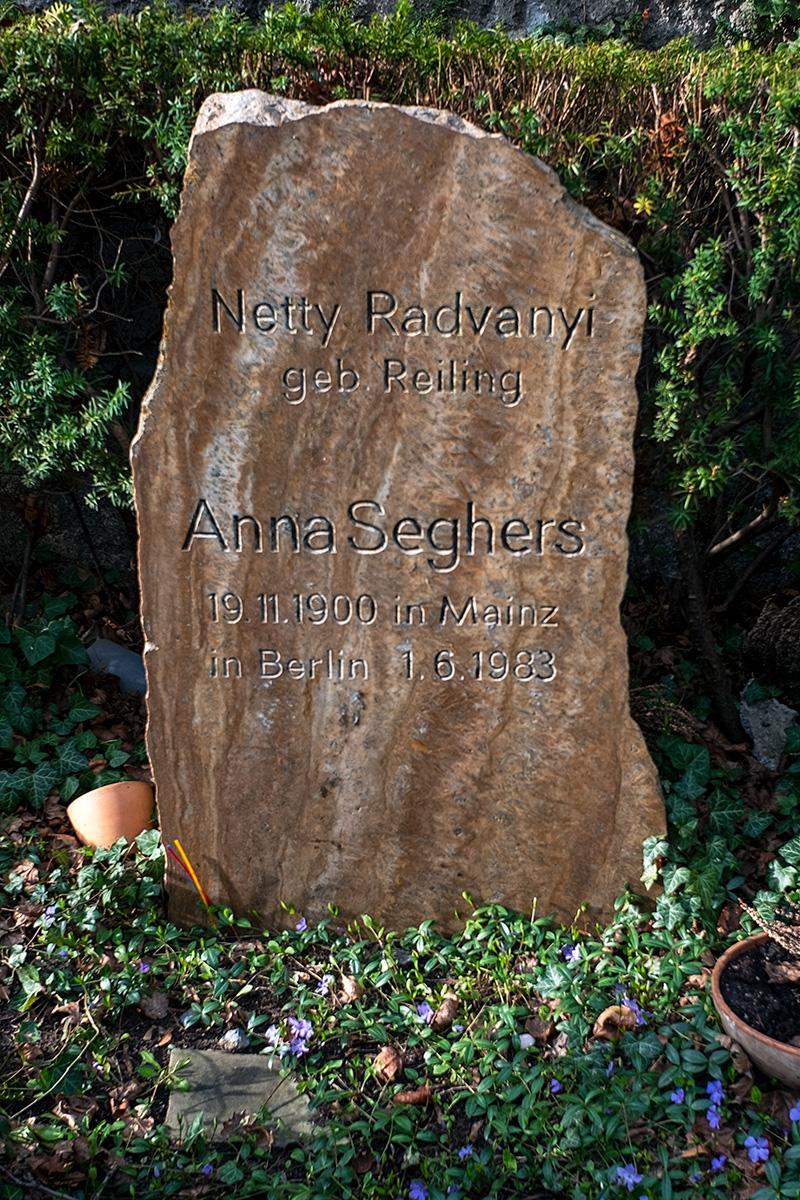 Das Grab von Anna Seghers auf der Seite Stadterkundung.com
