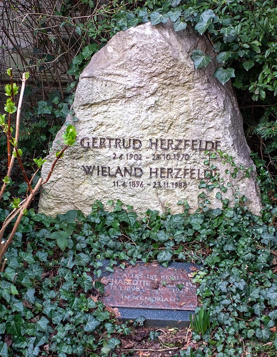 Das Grab von Gertrud und Wieland Herzfelde im Beitrag Berlin: Gestorbene DDR