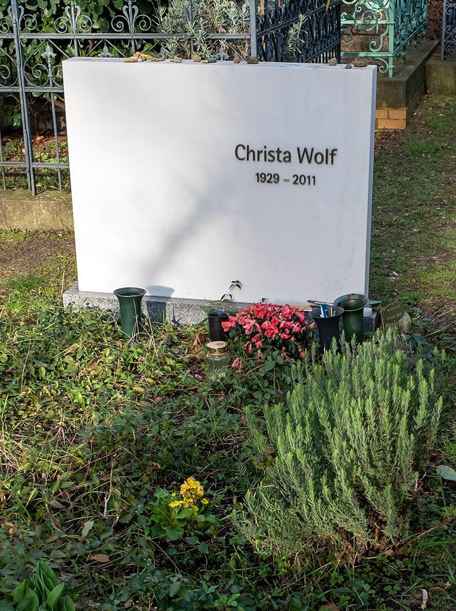 Das Grab von Christa Wolf im Beitrag Berlin: Gestorbene DDR