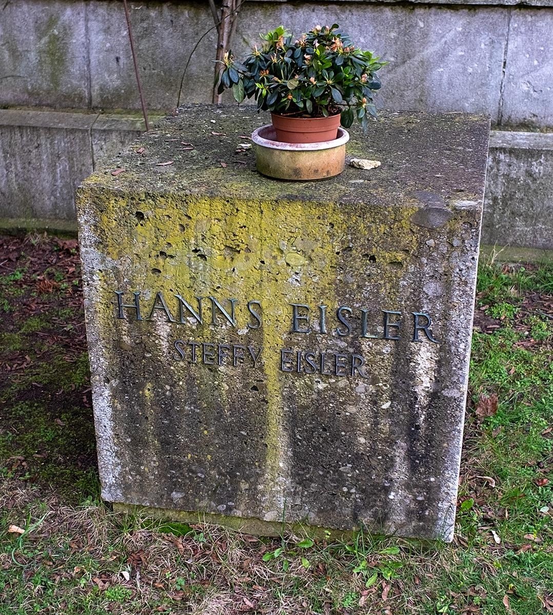 Das Grab von Hanns Eisler im Beitrag Berlin: Gestorbene DDR