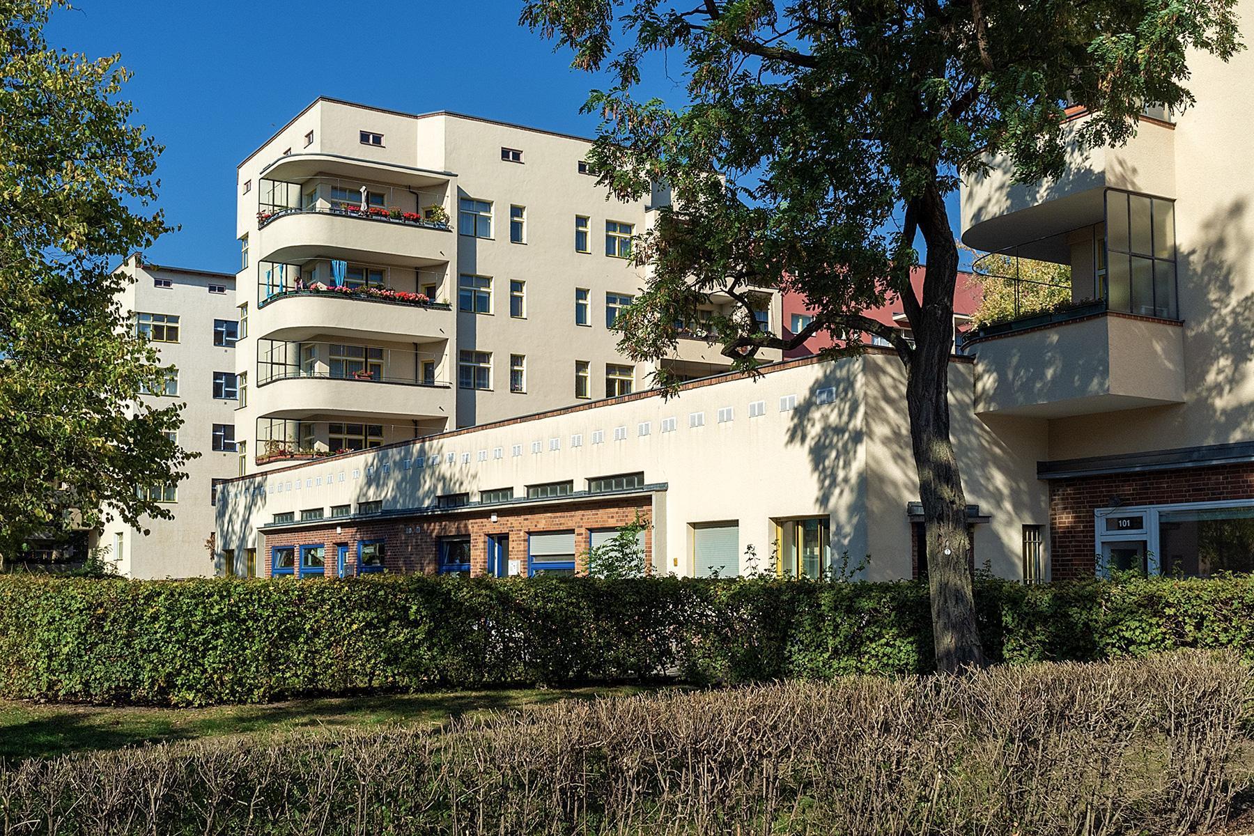 Wohnblöcke mit Balkonen der Siedlung des UNESCO Welterbes