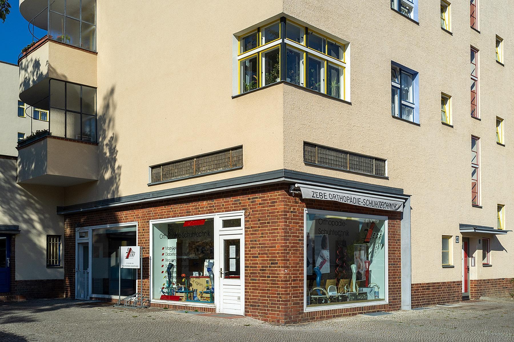 Eine Hausecke mit einem Ladengeschäft der Siedlung des UNESCO Welterbes
