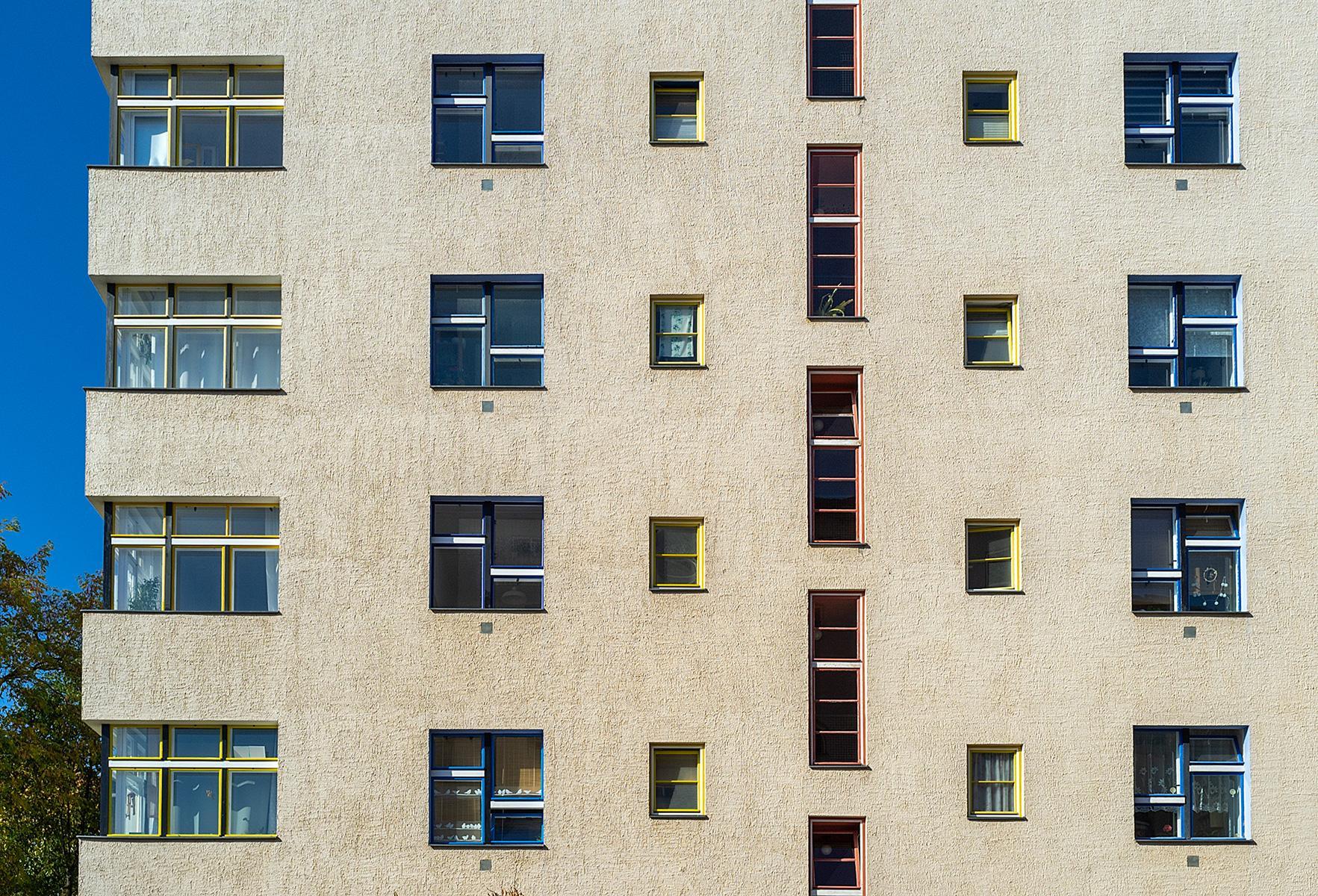 Eine Hauswand mit Fenstern im Beitrag Berlin: Wohnstadt Carl Legien