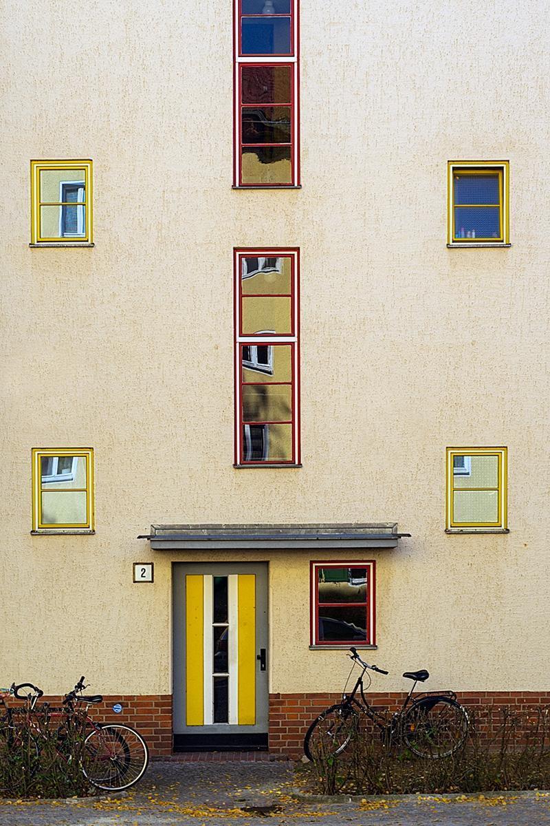Ein Hauseingang und Fenster der Siedlung des UNESCO Welterbes