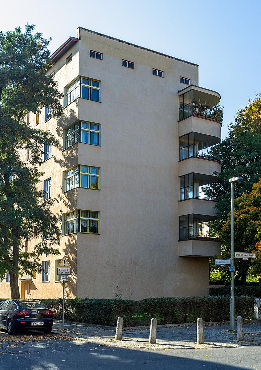 Eine Hauswand mit Eckfenstern und Balkonen im Beitrag Berlin: Wohnstadt Carl Legien
