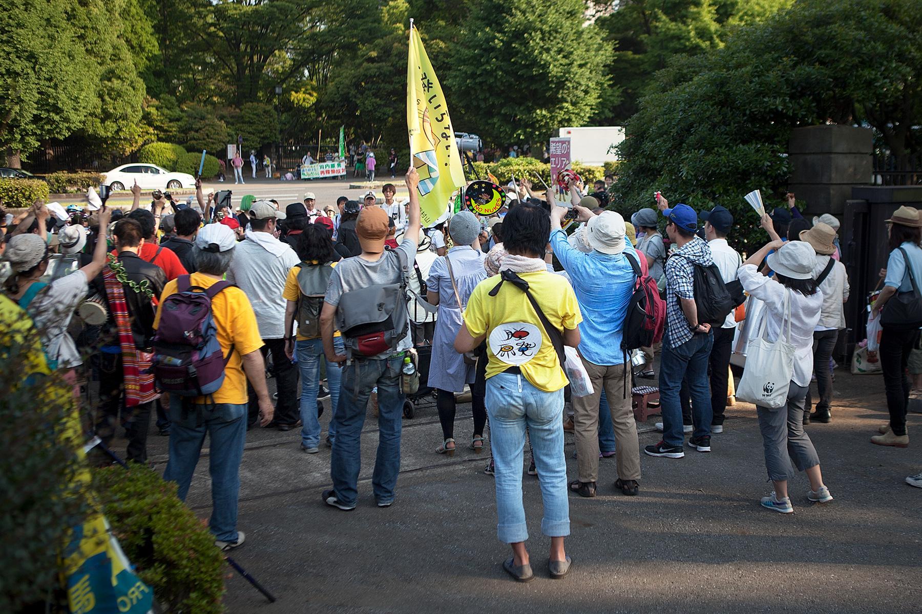 Eine Menschenmenge hört den Reden zu auf der Seite Stadterkundung.com