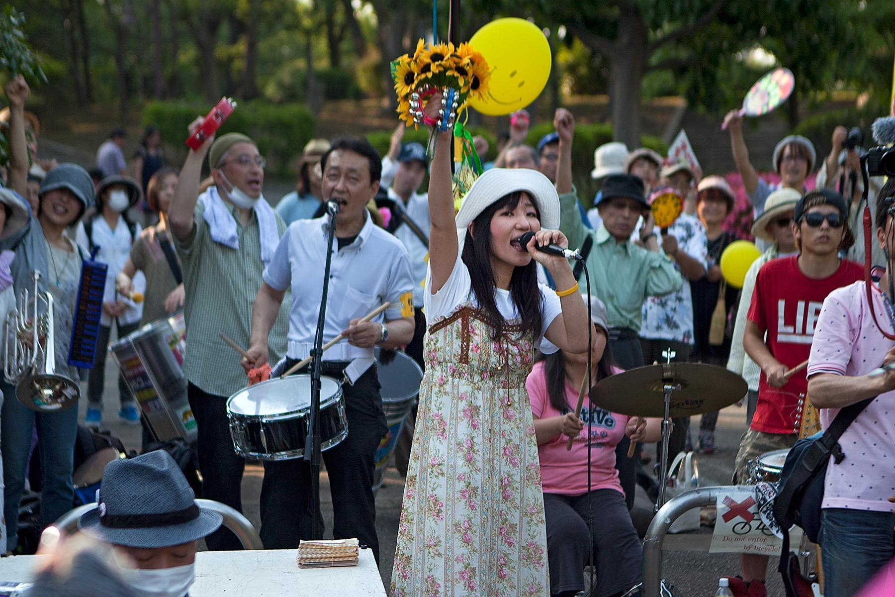 Eine junge Frau hält eine Rede im Beitrag Tokio Against Nukes auf der Seite Stadterkundung.com