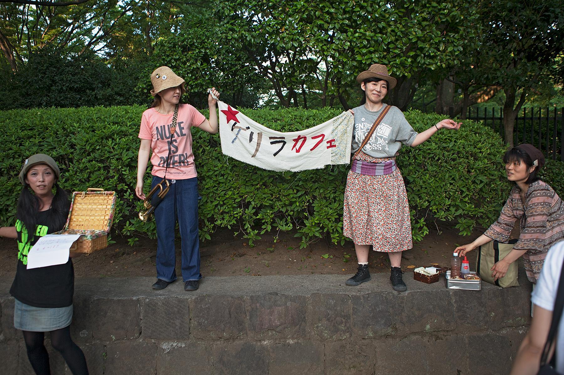 Zwei junge Frauen halten ein Transparent im Beitrag Tokio Against Nukes